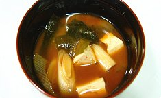 Tōfu to wakame no miso-shiru